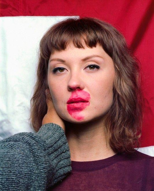 Prima li bacia e poi li fotografa. Si mette il rossetto, rosso, e si avvicina ai suoi soggetti per immortalare l'effetto che produce il contatto delle labbra e dei corpi tra sconosciuti. Lui si chiama  Jedediah Johnson , è un fotografo americano dell'Indiana, autore del progetto Makeout, una