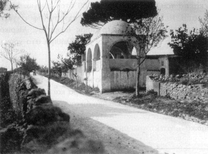 """Ο σημερινός """"Κουμπές"""" [ΕΤΥΜΟΛΟΓΙΑ :τουρκ. λ. kubbe = τρούλος], που βρίσκεται στην γωνία Λεωφ.Σούδας και Παναγούλη, είναι το θολωτό κτίσμα της φωτογραφίας... Κατά την τουρκοκρατία ο Κουμπές ήταν Μαυσωλείο στην μνήμη του στρατηγού Γαζή Οσμάν Μπαρμπούς, Γάλλου εξωμότη, ο οποίος είχε πέσει στην πολιορκία των Χανίων."""