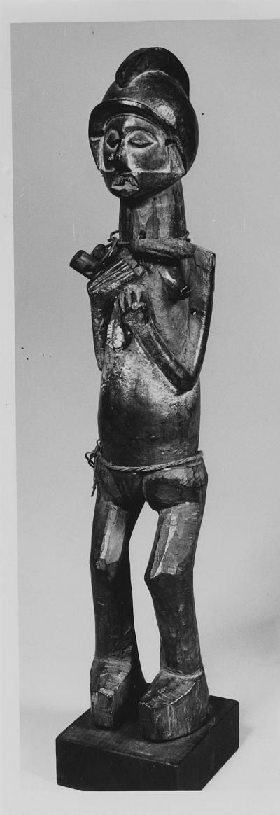 statuette  Materials wood, vegetal fibre, metals > iron (and alloys), bead  Place of collecting Democratic Republic of the Congo > Bandundu > Kwango  Culture Yaka  Acquisition  1951-05-26  Dimensions 47,4 cm