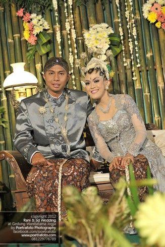 Foto Pernikahan Rani+Iid dg Baju Kebaya Pengantin Jawa Modern di Jogja by Poetrafoto Photography, http://wedding.poetrafoto.com/foto-pernikahan-dg-baju-kebaya-pengantin-jawa-modern-jogja_482