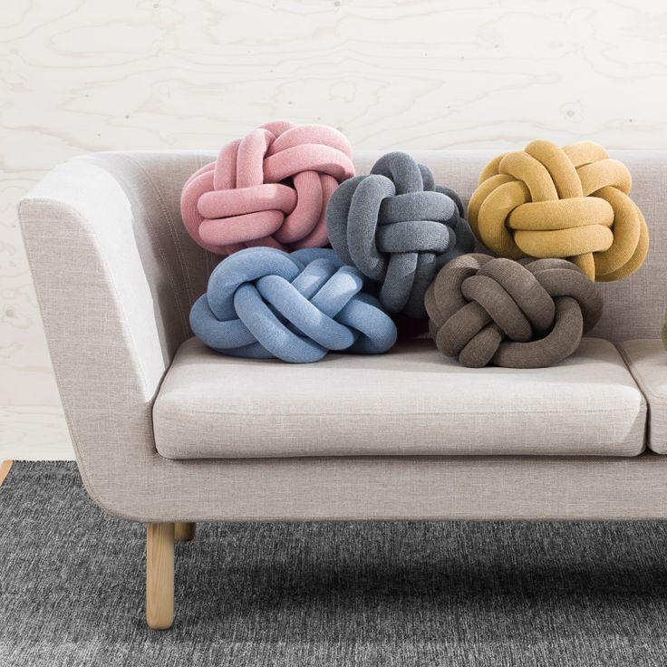 Knot kudde är en gigantisk knut gjord på en remsa av 50% ull och 50% akryl, innovativt och lika bekväm som dekorativ. Finns i sex fräscha färger.