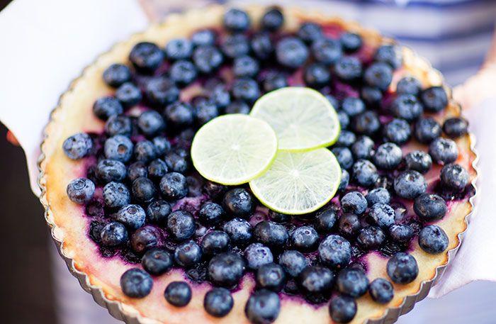 Recept på blåbärspaj med lime. Låt syrlig lime och blåbär samsas i den här ljuvligt goda pajen. Pajen kan göras med både frysta och färska blåbär.