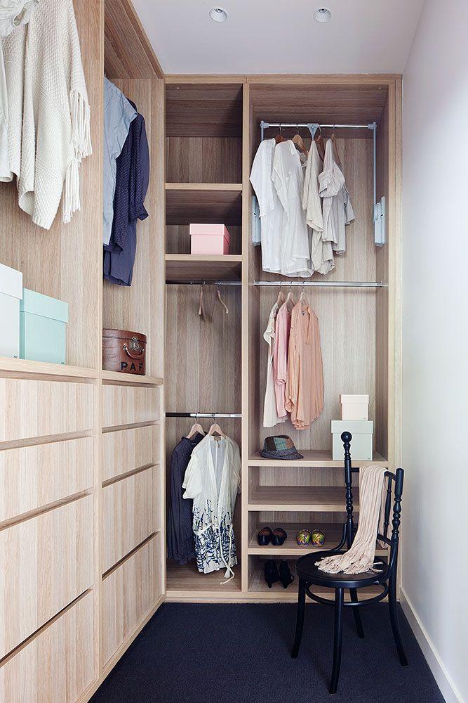 Een kleine kamer + mooi hout = een prachtige inloopkast!