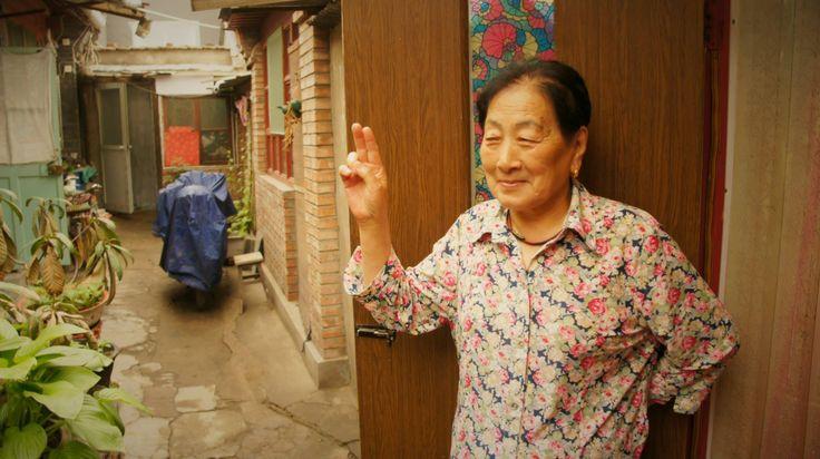 Cette vieille dame habite dans une maison traditionnelle des Hutongs à Beijing en Chine
