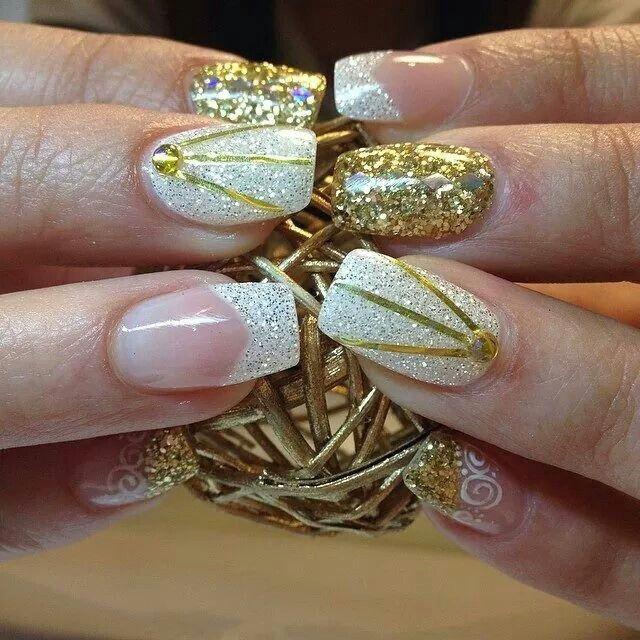 $150     Uñas acrílicas. Punta cuadrada. Blanco,  plata y dorado.  Delineado. Swarovski .Organic Nails.