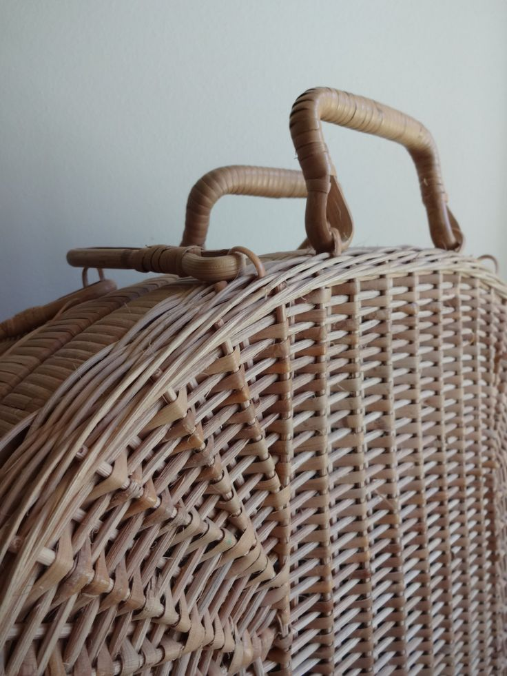 Beautiful tan antique wicker picnic basket от TheMagickAttic