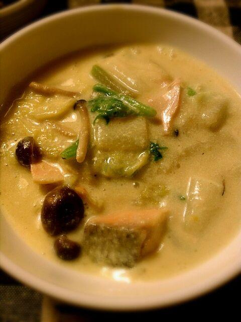 夕飯も料理した。豆乳シリーズ。今度はとろみを出すために葛粉を使いました。 - 2件のもぐもぐ - 鮭とシメジとホウレン草の豆乳クリームシチュー風! by bigriver