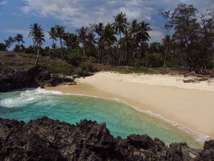 Pantai Mandorak yang Tersembunyi Diantara Tebing - Nusa Tenggara Timur