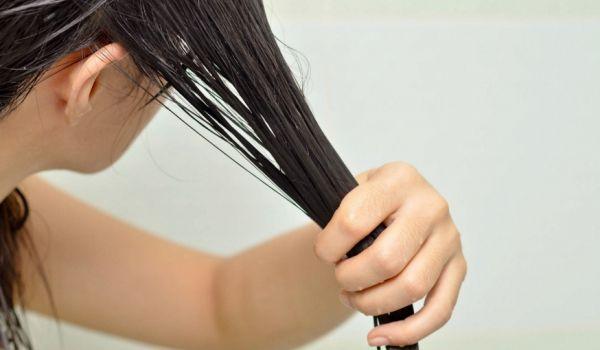 Le bain d'huile consiste à s'enduire les cheveux d'huile avant un shampoing afin de bénéficier des vertus réparatrices et assouplissantes des huiles végétales ainsi que de leurs actifs nutritifs. Pourquoi réaliser un bain d'huile pour les chev...