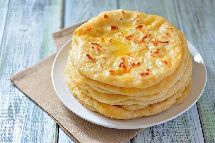 INGREDIENTE: -3 pahare de făină (450 g); -un pahar de chefir/iaurt sau lapte bătut (250 ml); -2 ouă; -o linguriță de zahăr; -o linguriță de sare; -0.5 linguriță de bicarbonat de sodiu; -o lingură de ulei; -400 g de cașcaval tare; -50 g de unt. MOD DE PREPARARE: 1,Puneți chefirul, un ou, sarea, zahărul și uleiul într-un bol. Amestecați-le foarte bine. 2,Cerneți 2 pahare de făină într-un bol separat și adăugați bicarbonatul de sodiu. 3,Adăugați făina peste ingredientele pregătite anterior ...