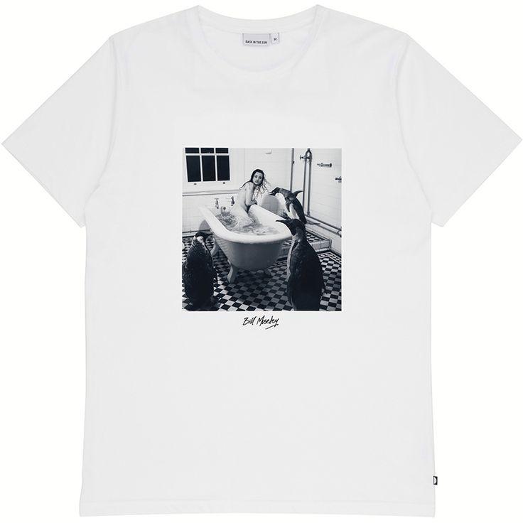 DESCRIPTION Tee shirt avec un imprimé signé par l'artiste australien Bill Moseley. C'est une photographie surréaliste et inquiétante qui voit une femme dans sa baignoire agressée par des pingouins, rappelant les films muets anciens. Fabriqué au Portugal COMPOSITION 100% jersey de coton biologique TAILLES Nos...