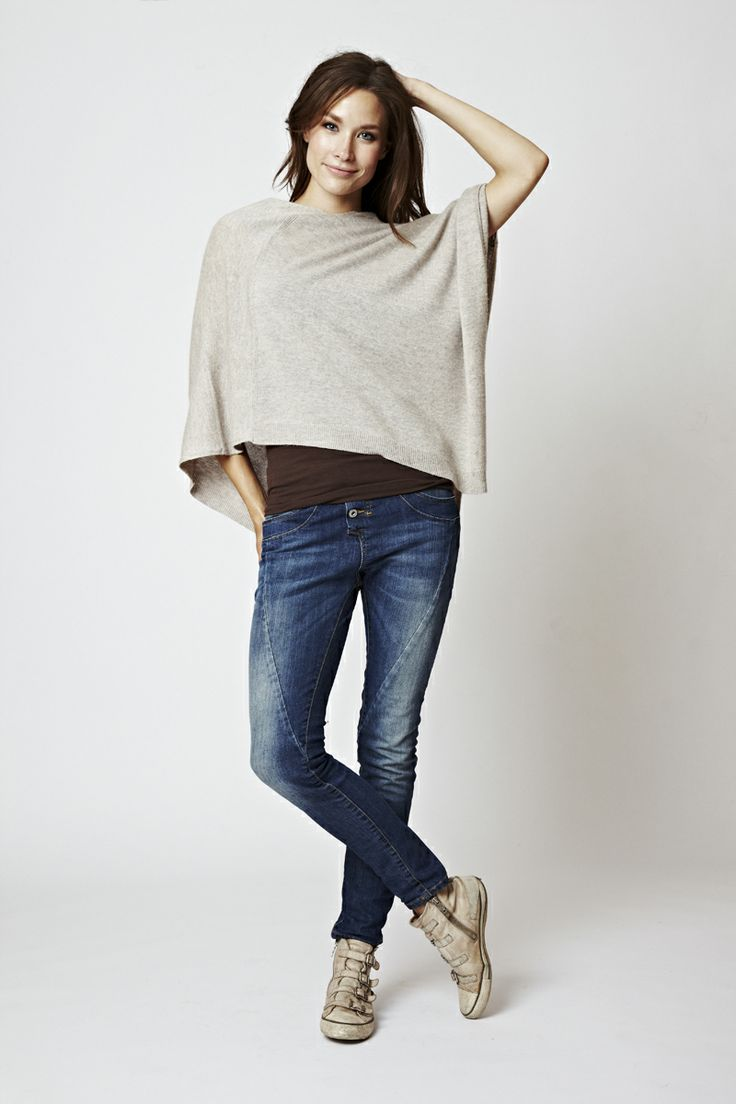 You want to look perfectly dressed also on cold winter days?  Try the FLORENCE DESIGN Poncho in beige & be your own Star!