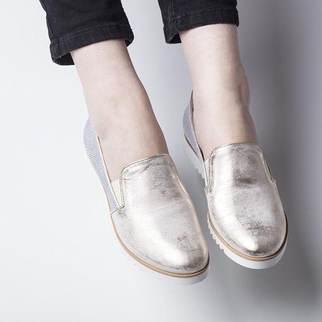 Skacz aż do gwiazd w srebrzystych lordsach, w końcu upragniony weekend! ✨💕 #shoes #lankars #slipon #silver #metalic #woman #wmn #style #love #loveshoes #shoestagram #instashoes #instagood #fashioninsta #fashion #legs #weekend #winter