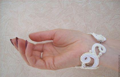 Купить или заказать Браслет-митенка''Очарование'' в интернет-магазине на Ярмарке Мастеров. Браслет-митенка''Очарование''-изюминка для истинной ценительницы чего-то неповторимого! Он связан для счастливого момента в жизни которого так долго ждут!!! Связан на правую руку,выполнен в технике ирландского кружева (на бурдоне) Украшен…