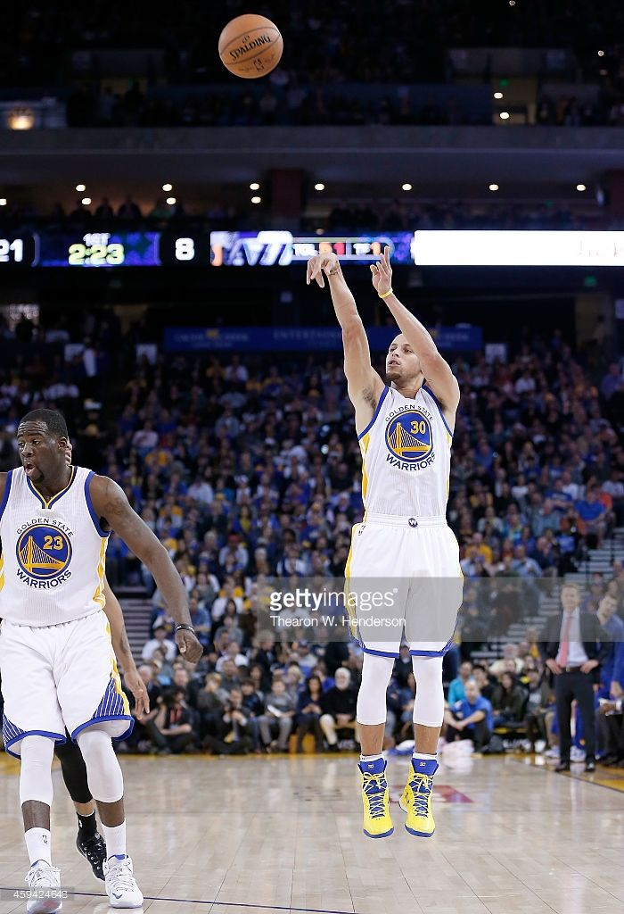 Golden State Warriors guard Stephen Curry #30 shoots against the Utah Jazz at ORACLE Arena on November 21, 2014 in Oakland, California.