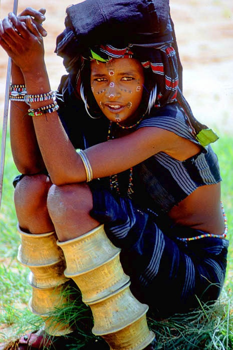Africa |  People.  Wodaabe ( Bororo / Fulani ) nomad girl attending a Yakey , a male dance and beauty contest.   Niger, Sahel.   Photo taken by victor Englebert