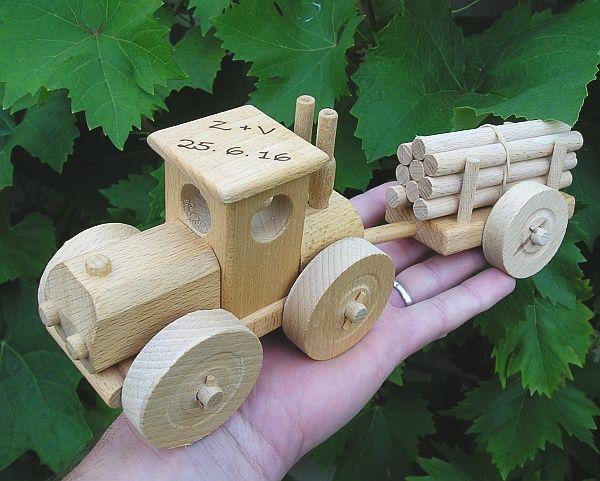 Dětský traktor, dřevěné hračky s textem na přání. SKLADEM eshop www.soly.cz