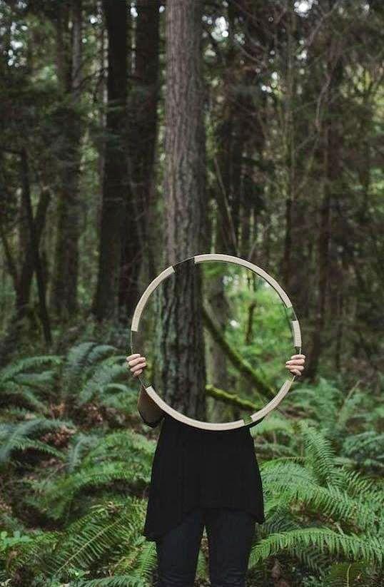 Zdjęcia z lustrem, inspirujący przekaz artysty. | Weronika Szwiec