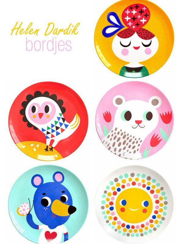 Wat een feest! De nieuwe serie melamine bordjes van Helen Dardik is er! Met vijf in getal – een witte ijsbeer, vrolijke zon, blauwe beer, nieuwsgierige uil en zoet meisje – is deze serie een waardige opvolger van de eerste 5 melamine bordjes die Helen Dardik speciaal voor PSikhouvanjou...