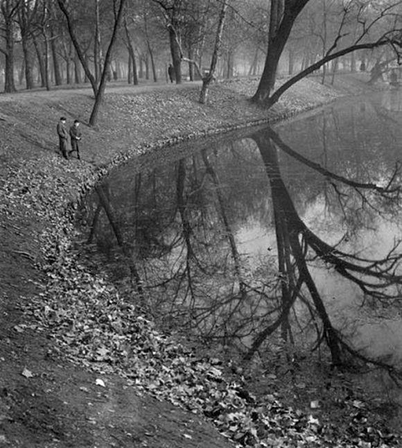 Kozák Lajos: Két fiú a városligeti tónál, Budapest 1940 körül