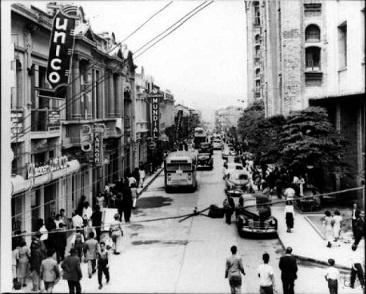 Tranvía en la Calle Carabobo, zona comercial del centro de Medellín siglo XIX