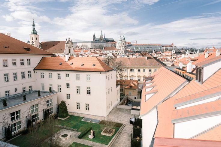 Съемка, в которой все сложилось идеально: палитра ранней весны, отель с видом на Пражский град,нежнейшая флористика и изысканность каждого кадра.
