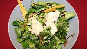Feldsalat mit roter Beete, Ziegenkäse und Polentaplätzchen