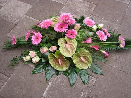 https://flic.kr/p/duzbAY | Rouwstuk Siggy | Een mooi langwerpig rouwstuk (zeer mooi om op een kist te leggen) De bloemen zijn op en lijn en op groep in het rouwstuk verwerkt. Gerbera's, rozen, calla, anthuriums, papaver, fontijngras