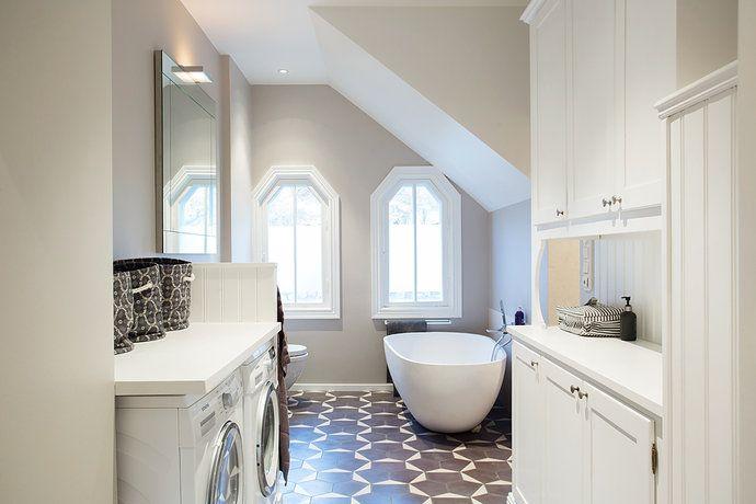 Snygga målade väggar i badrum. Snygg kombo med golv. Behöver kanske inte helkakla alla väggar?!