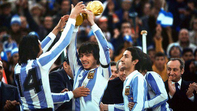 Los jugadors de Argentina ganaron el premio de la Copa Mundial. El partido de fútbol es muy interesante.