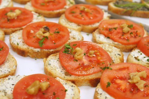 ガーリックディップの上にトマトをのせて