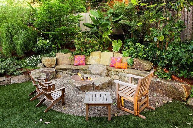 Gartenterrasse gestalten-Feuerstelle-Patio mit Kiesboden-Vintage Holzstühle