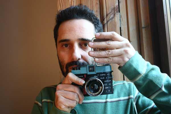 El músico Jorge Drexler con su cámara Diana. (JORGE PARÍS)