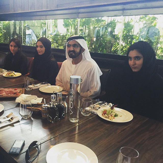 Mohammed bin Rashid bin Saeed Al Maktoum, almuerzo con sus hijas: Shamma, Futaim y Salama bint Mohammed bin Rashid Al Maktoum, 31/07/2015. Vía: sultan 41