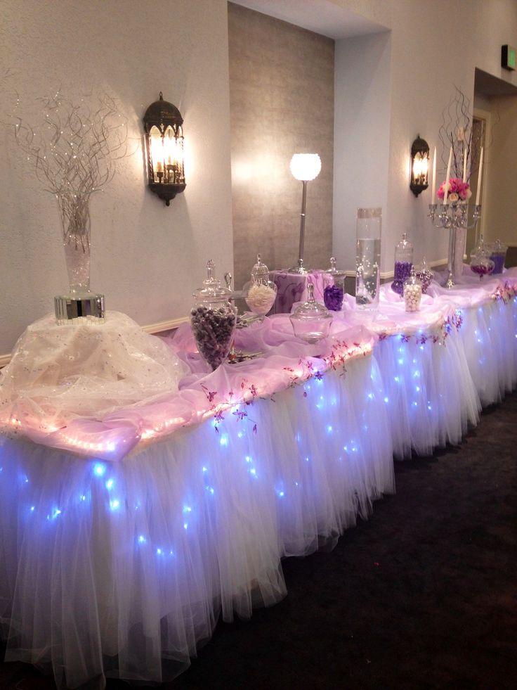 Mesa adornada con luces; ideal para cualquier tipo de evento
