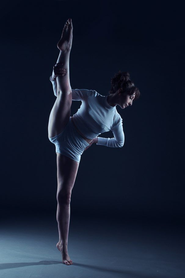 Freestyle Ballerina with the perfect splits, I used two soft boxes to create the Edge Lighting with a Grey background. With a cool filter for effect and feeling.