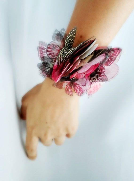 トルコ、イスタンブールのアーティストDeryaさんは蝶をモチーフにしたアクセサリーをetsy shop「Jewelera」で販売しています。 蝶や蛾が胸元に群がっているようでかなりインパクトがあり、とても妖艶な雰囲気がありますね。これらの蝶はもちろん本物のではなく、生地の上にプリントされたもので、蝶や蛾の形に切り抜いて制作されています。 羽の薄さや軽さなど、触ってみないとわからないくらい本物のように見えますね。Deryaさんの作品はetsy以外でもFacebookやInstagramで見ることができますよ。       【次ページ】                mymodernmet