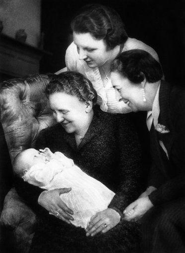 ♥ baby Beatrix met haar beide grootmoeders Wilhelmina en Armgard en haar moeder Juliana