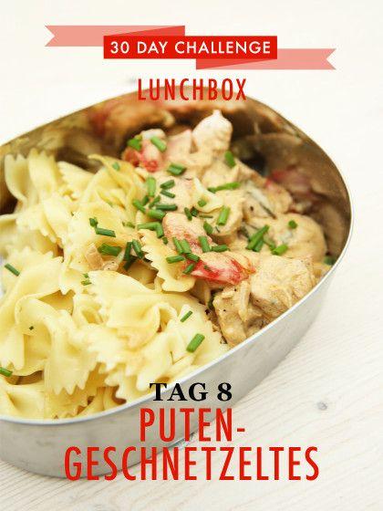 30 day challenge: Jeden Tag ein leckeres Mittagessen für die Büro-Lunchbox zubereiten. Heute gibt es Putengeschnetzeltes mit Paprika und Farfalle Nudeln.