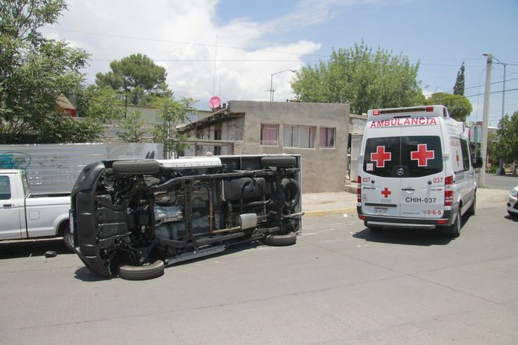 <div>Chihuahua, Chih. - Se registró una volcadura de una pick up en el cruce de la avenida Desarrollo y Ulloa y la calle Pedro de Villasur donde el