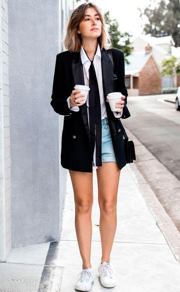 look casual com short jeans, camisa branca, blazer preto, gravatinha e tênis branco.