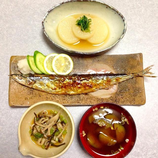 10月4日はイワシの日なのに 秋刀魚の塩焼き、 ふろふき大根、 ナスの味噌汁、 ぶなしめじと大根葉のおひたし です。 - 26件のもぐもぐ - 秋刀魚! by Orie Ueki