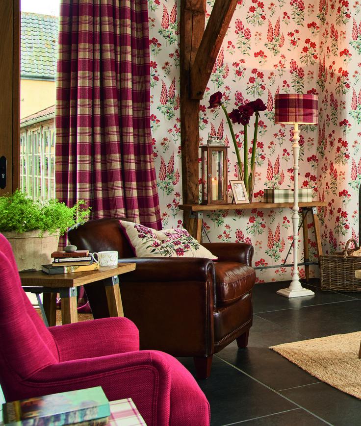 Интерьер в стиле кантри или шале  - декорирование деревяными балками, яркие обои, шторы в клетку, мебель в кожанной оббивке