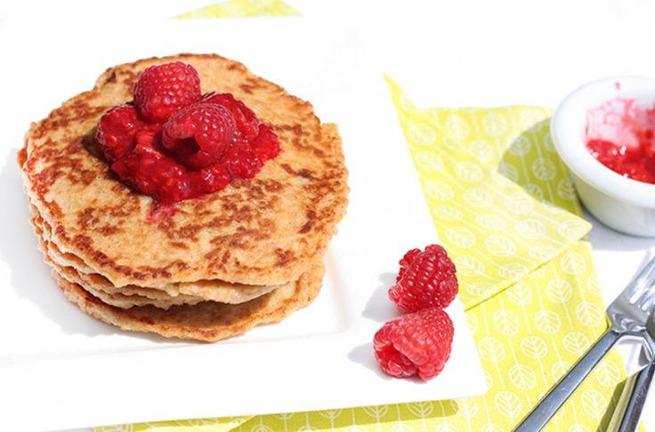 Haverpannenkoeken met framboos – KIDS  Ingrediënten (voor 8 pannenkoeken): – 500 milliliter karnemelk – 1 ei – 150 gram havermout – 75 gram speltmeel – 1 eetlepel honing – 2 theelepels bakpoeder – 1 theelepel kaneel  Voor de frambozensaus: – 250 gram frambozen – 1 eetlepel honing – 1 theelepel kaneel (optioneel)