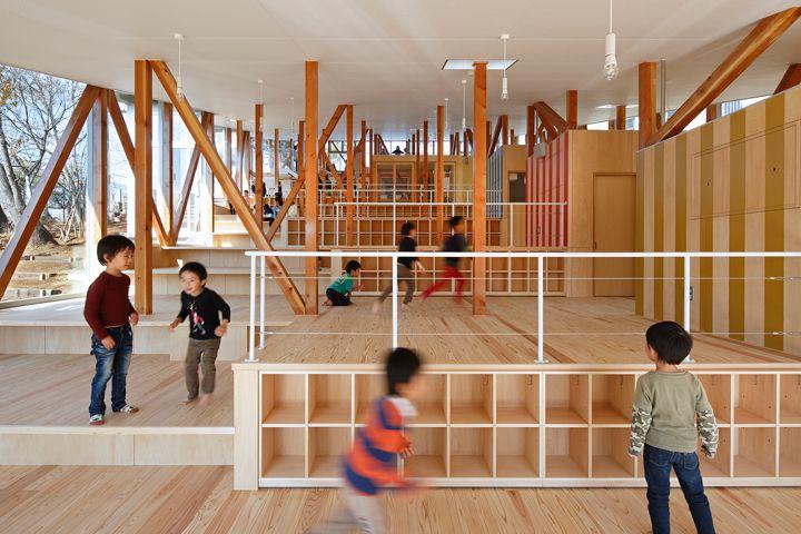 千葉県佐倉市にある保育園。周囲を山林に囲まれた、傾斜地を利用した階段状の建物。園内の子どもたちは森の中で遊んでいるかのよう。子どもの原体験をつくる場所となる空間だ。