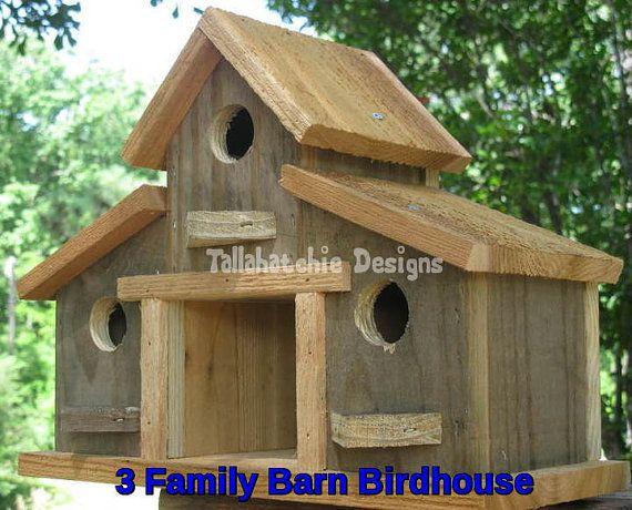Cabane d'oiseaux, nichoirs rustiques  3 famille Grange nichoir fabriqué à partir de bois de récupération. Grange est dans le style «dantan». Ajoute une touche nostalgique rustique yard, jardin, terrasse ou véranda. Ce nichoir Grange familiale trois est fabriqué à partir d'une combinaison d'ancien récupéré patiné «grange» de Mississippi bâtiments et de structures et de cèdre brut coupe. Construit pour résister aux éléments extérieurs et peut facilement être monté n'importe où.  Mesure…