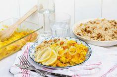 Recept voor scholfilet uit de oven in kerrie roomsaus voor 4 personen. Met zonnebloemolie, zout, peper, scholfilet, prei, citroen, rode paprika, kookroom, zilvervliesrijst, kerriepoeder en macadamianoten