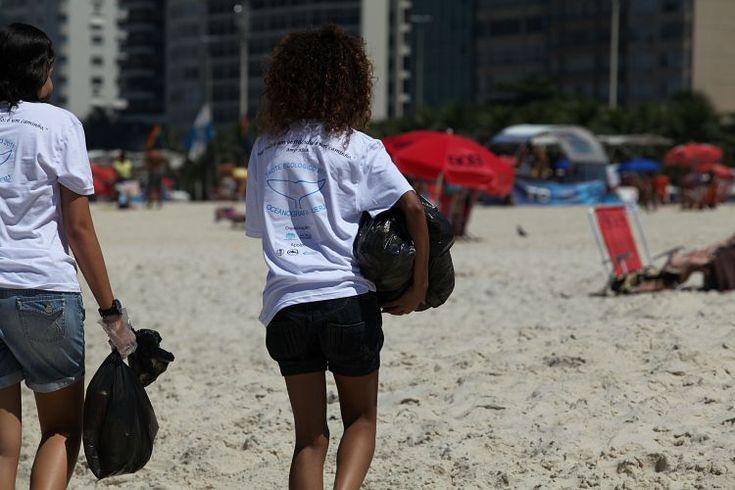 O evento formará um mutirão com calouros do curso para recolhimento de sujeiras das areias da praia, distribuição de saquinhos de lixo e panfletos educativos aos banhistas