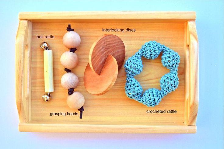 Grasping materials for baby - Activités Montessori pour les tout petits bébés ( 0 - 1 an ) Jeux d'éveils pour les enfants Nido Montessori