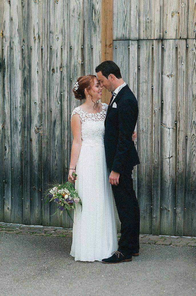 #brautkleid #kisui Liebevolle Scheunenhochzeit auf der Maisenburg | Hochzeitsblog - The Little Wedding Corner